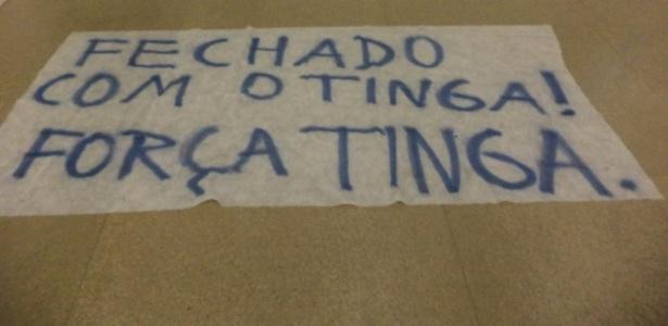 13-fev-2014---cartaz-mostra-que-torcedores-do-cruzeiro-que-foram-ao-aeroporto-estcao-fechados-com-tinga-1392344190601_615x300