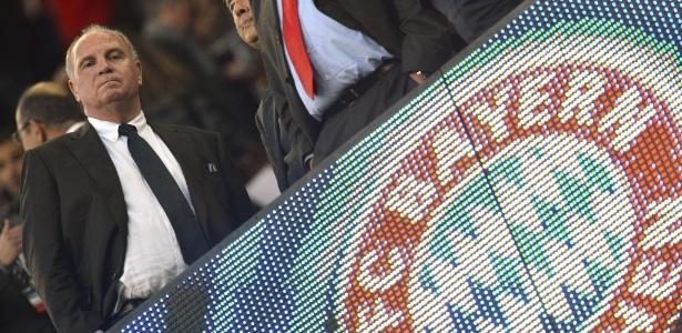 01mai2013--presidente-do-bayern-de-munique-uli-hoeness-observa-a-vitoria-de-sua-equipe-sobre-o-barcelona-no-camp-nou-1367439095052_615x300