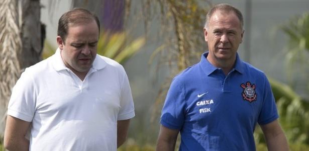 mano-menezes-tecnico-do-corinthians-caminha-ao-lado-de-ronaldo-ximenes-diretor-de-futebol-no-ct-joaquim-grava-1393626423347_615x300