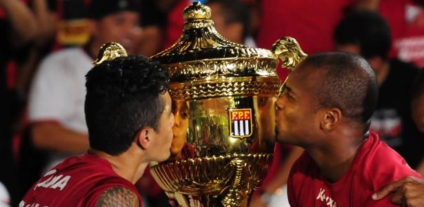jogadores-do-ituano-beijam-a-taca-apos-conquistar-o-titulo-do-campeonato-paulista-1397426002049_615x300
